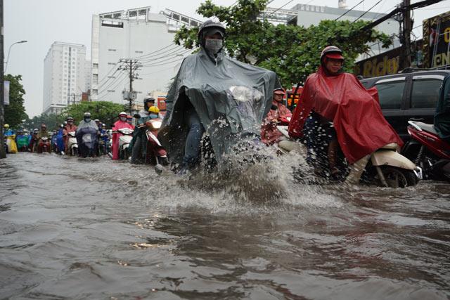 Ảnh hưởng bão số 10, nhiều khu vực Đông Nam Bộ ngập nặng
