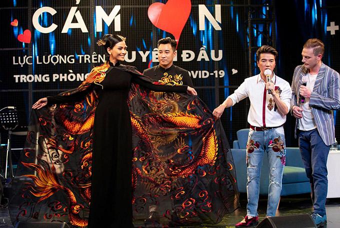 Áo dài của Trương Thị May được bán đấu giá 220 triệu đồng