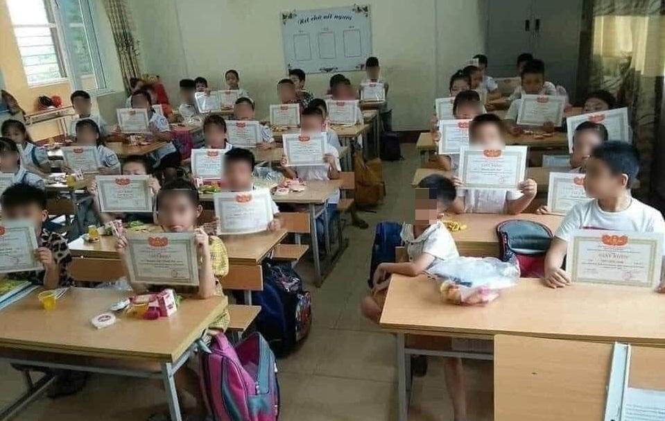 Bức ảnh cả lớp giơ giấy khen mình em lẻ loi Bộ GD&ĐT nói gì?