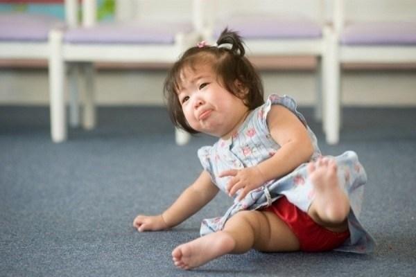 Các bước xử lý bố mẹ cần ghi nhớ khi trẻ bị ngã ĐẬP ĐẦU XUỐNG ĐẤT, tuyệt đối đừng chủ quan nhé bố mẹ ơi!