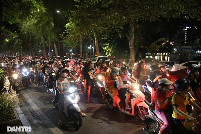 CDC Hà Nội nói gì về việc đông nghịt người đổ ra đường đi chơi Trung thu?