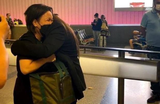 Con gái ruột cố ca sĩ Phi Nhung bật khóc nức nở bên Việt Hương khi nhận tro cốt của mẹ ở sân bay