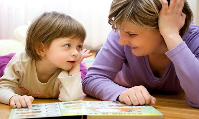 Con nhanh biết nói, bi bô suốt ngày nhờ thói quen hàng ngày mẹ tập cho bé, yêu quá cơ