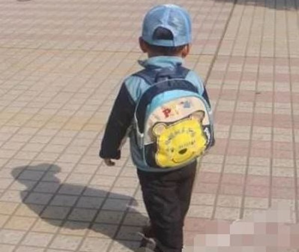 Con trai mất tích hơn 60 tiếng bất ngờ trở về với balo đựng hơn nửa tỷ tiền mặt. Người bố vô cùng bất ngờ cho đến khi nhìn thấy