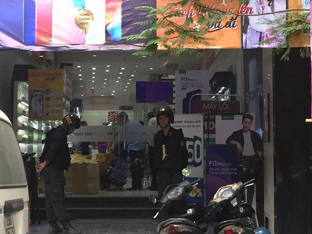 Công an đang khám xét các cửa hàng của Nhật Cường mobile