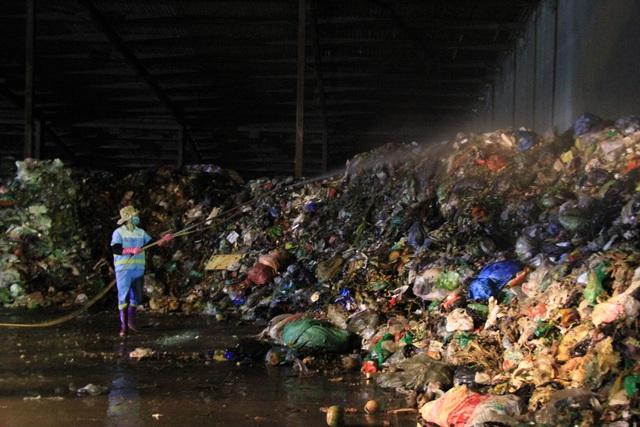 Công nhân xuyên đêm xử lý lượng rác