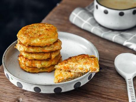Đem bí ngòi làm bánh với tôm, cả nhà được bữa sáng no căng bụng