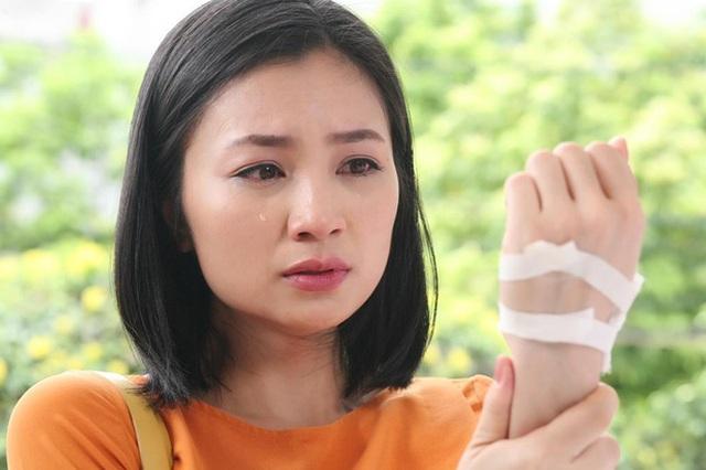 """Diệu Hương tiết lộ bố qua đời khi cô đang đóng phim """"Hoa hồng trên ngực trái"""""""