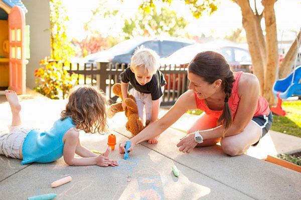 Đôi lúc tôi giật mình khi thấy bố mẹ Tây chơi với con. Tại sao bố mẹ Việt lại lười chơi với con nhất?
