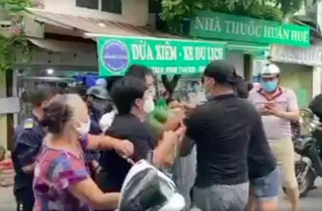 """Hà Nội: Không được thăm mẹ nuôi, đôi vợ chồng """"làm loạn"""" chốt kiểm dịch"""