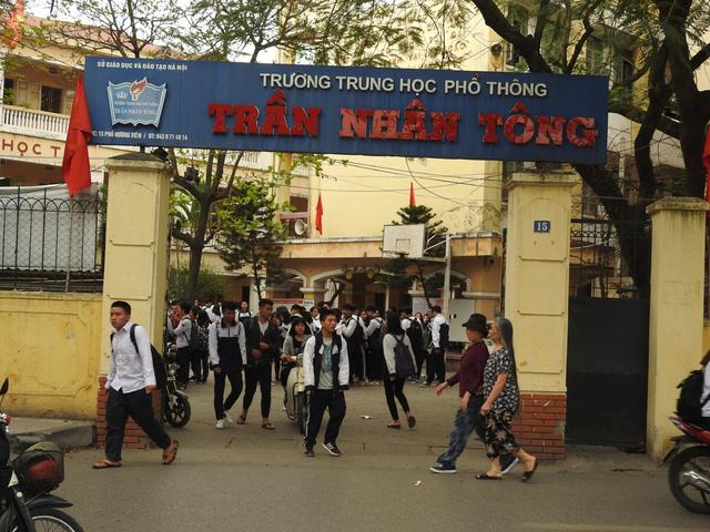 Hà Nội: Nhiều học sinh lớp 12 nhập viện do bị mảng vữa trần rơi trúng đầu