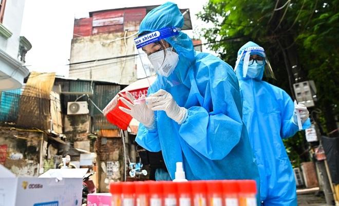 Hà Nội: Ở cùng phòng F0, nam dân quân trực chốt dương tính SARS-CoV-2