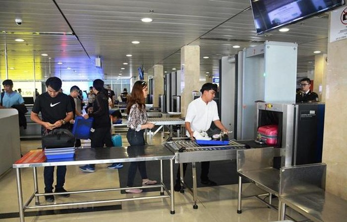 Hai người nhập cảnh trái phép từ Trung Quốc rồi dùng giấy tờ giả đi máy bay