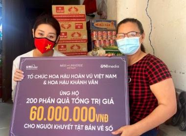 Hoa hậu Khánh Vân san sẻ khó khăn với người khuyết tật bán vé số tại TP HCM
