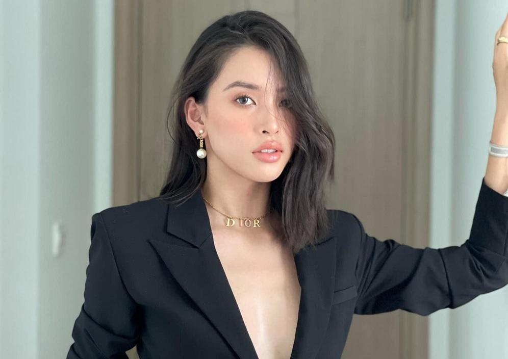 Hoa hậu Tiểu Vy diện váy xẻ sâu lấp ló vòng 1 gợi cảm