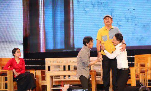 Hoài Linh nghẹn ngào trên sân khấu tưởng nhớ cố nghệ sĩ Chí Tài