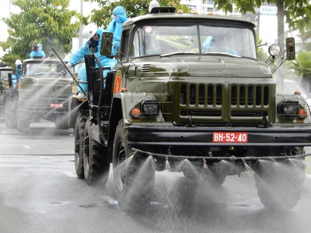 Hơn 10 xe đặc chủng phun thuốc khử khuẩn toàn quận Sơn Trà
