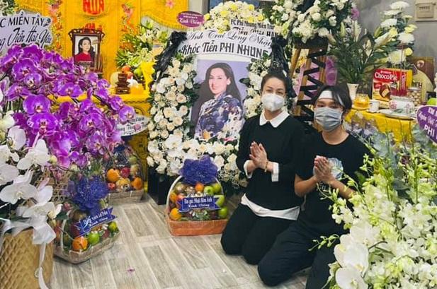 Lễ viếng ca sĩ Phi Nhung ngày 2/10: Nhật Kim Anh đến từ sớm, Hồ Văn Cường lộ rõ tiều tuỵ sau 4 ngày mẹ nuôi qua đời