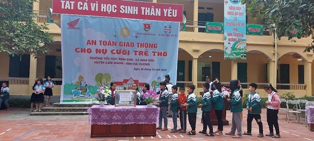 Liên đội trường tiểu học Định Sơn hướng về đồng bào miền Trung.