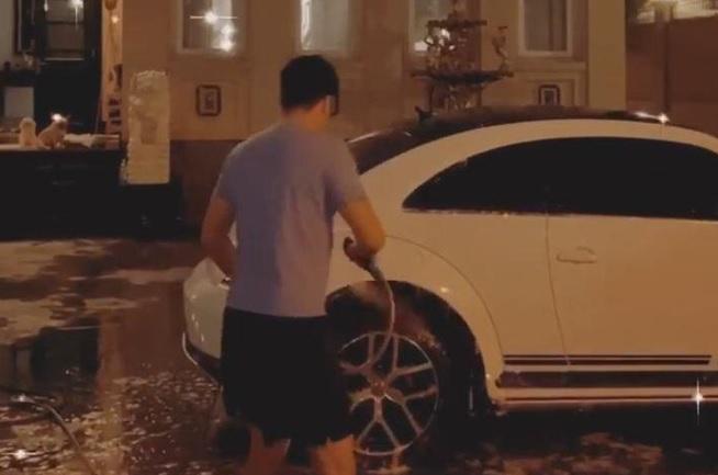 Linh Rin khoe được thiếu gia nhà tỷ phú đích thân rửa xe cho, dân tình lại lăm le soi căn biệt thự to vật vã