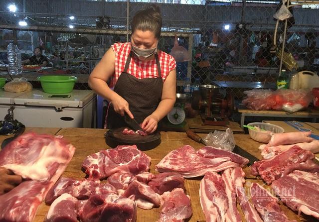 Lợn hơi giảm mạnh: Sạp chợ vẫn cố thủ giá cao, lợn quay 400 nghìn đồng/kg