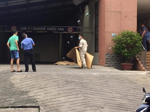 Người đàn ông rơi từ tầng 19 tòa chung cư xuống đất