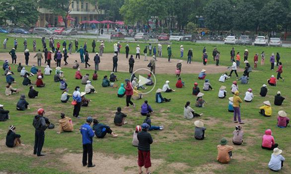 Người dân xếp hàng dài hàng cây số chờ nhận gạo
