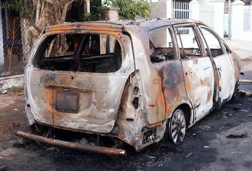 Ôtô Innova phát nổ trong cuộc hỗn chiến của hơn 30 người