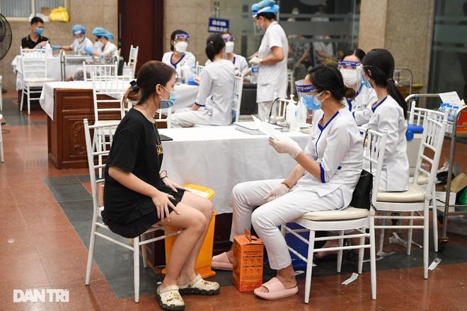 Sáng 13/9, Hà Nội đạt kỷ lục tiêm vắc xin, nhiều địa phương dịch hạ nhiệt