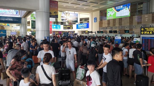Sửa đường băng ở Nội Bài và TSN: Hành khách kêu trời khi liên tục bị delay, máy bay phải