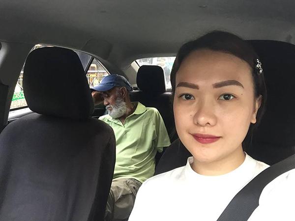 Tài xế 70 tuổi mời khách xuống xe vì quá mệt, cô gái mỉm cười cầm vô lăng lái về nhà