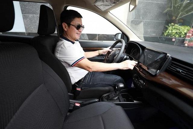 Táo giao thông Chí Trung khoe xe hơi mới xịn