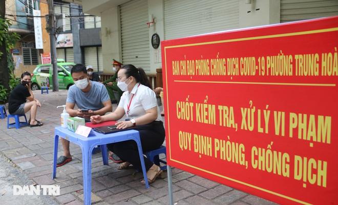 Theo chân công an Hà Nội xử lý người ra đường không lý do chính đáng