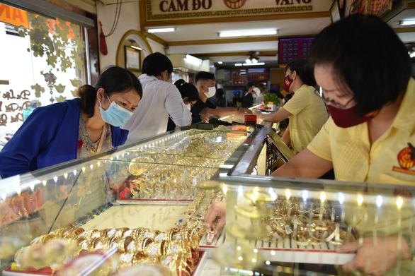 Thị trường vàng trong nước đang bị làm giá?