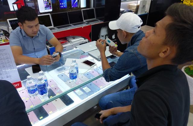 Thua độ World Cup, người đi bán điện thoại, cầm đồ tăng đột biến