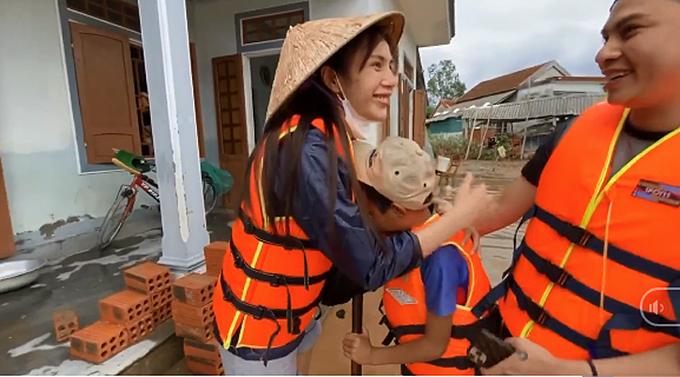 Thủy Tiên bị chỉ trích vì trợ cấp học phí cho trẻ em vùng lũ