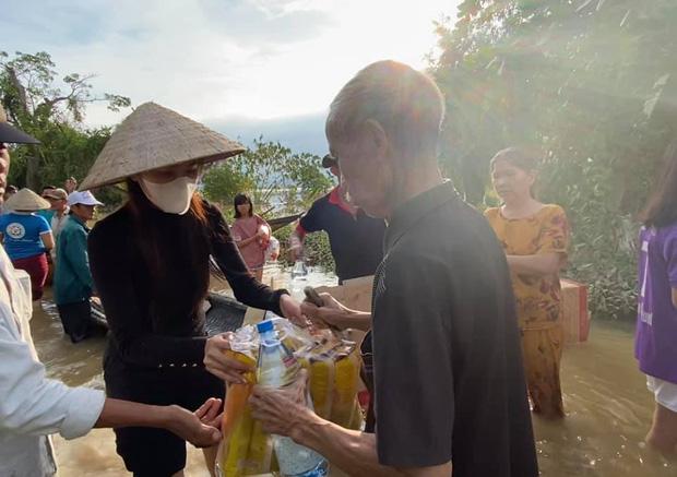 Tin vui nhất sáng nay: Thuỷ Tiên đã kêu gọi được 22 tỷ đồng sau 2 ngày, cảnh thân mảnh mai lội nước cứu trợ bà con miền Trung gâ