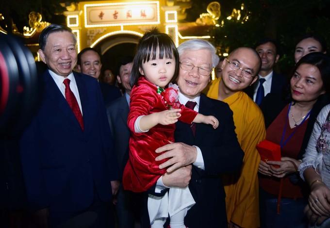 Tổng Bí thư, Chủ tịch nước tản bộ trên đường Thanh Niên, lì xì công nhân