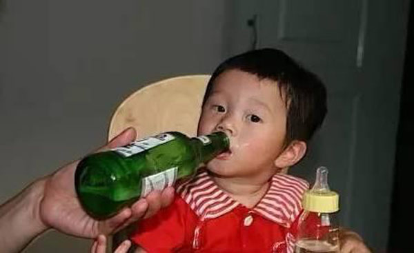 Trẻ uống bia, dù chỉ là 1 ngụm nhỏ cũng ảnh hưởng lớn đến não và thần kinh, mẹ ơi đừng cho con uống nữa