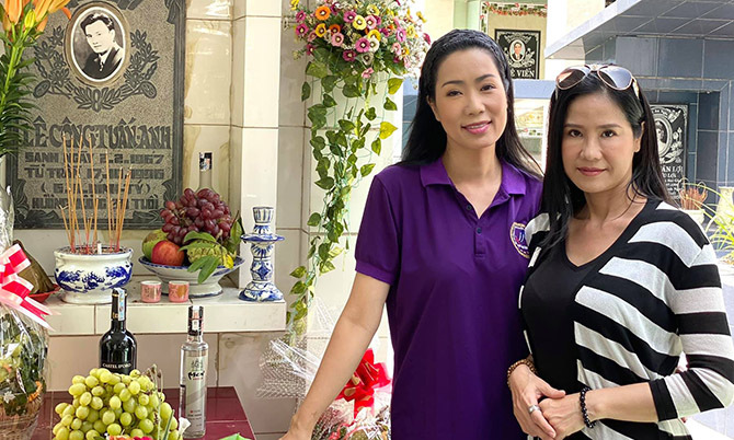 Trịnh Kim Chi và bạn bè viếng mộ Lê Công Tuấn Anh