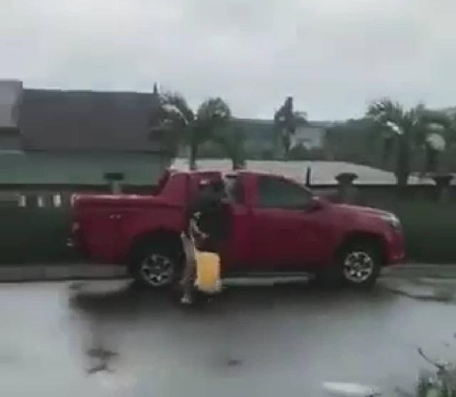 Xôn xao clip người đàn ông tấn công 1 phụ nữ ngay giữa quốc lộ