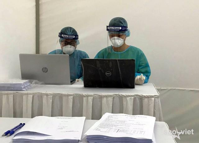 Tổ chức các trạm test nhanh COVID-19 tại một số cửa ngõ Hà Nội - Ảnh 5.