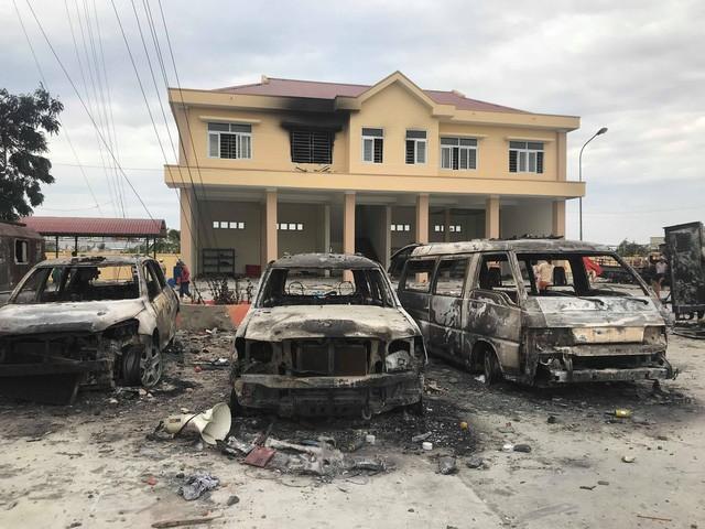 Ô tô tại trụ sở Đội Cảnh sát Phòng cháy chữa cháy Phan Rí Cửa bị thiêu rụi (ảnh: Phạm Nguyễn)