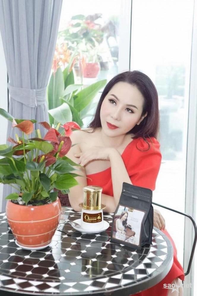 Là người yêu thích cà phê và là bà chủ thương hiệu Queen coffee danh tiếng nên mỗi buổi sáng người đẹp luôn dành thời gian để thư giãn uống cà phê và thưởng ngoạn cảnh quan