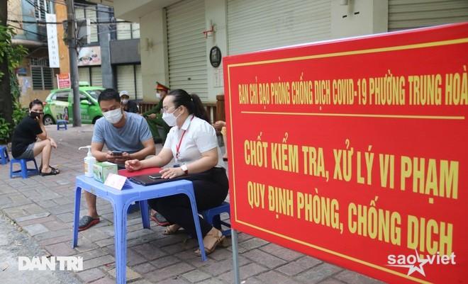 Theo chân công an Hà Nội xử lý người ra đường không lý do chính đáng - 1