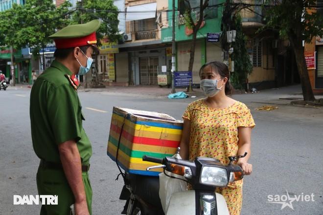 Theo chân công an Hà Nội xử lý người ra đường không lý do chính đáng - 2
