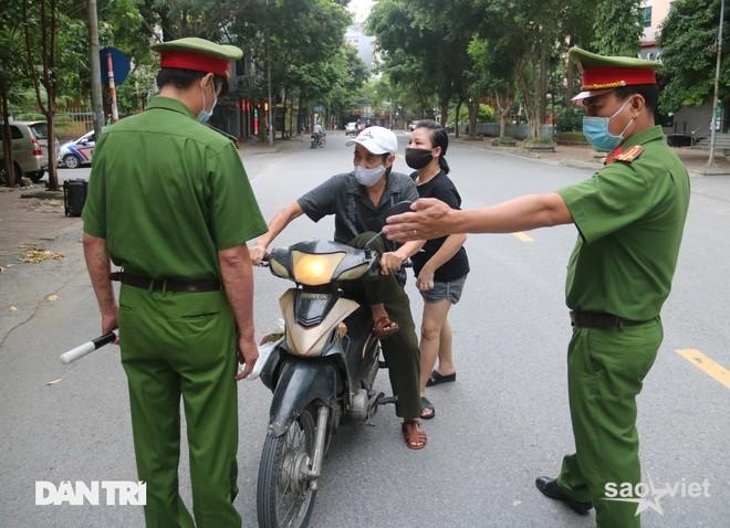 Theo chân công an Hà Nội xử lý người ra đường không lý do chính đáng - 3