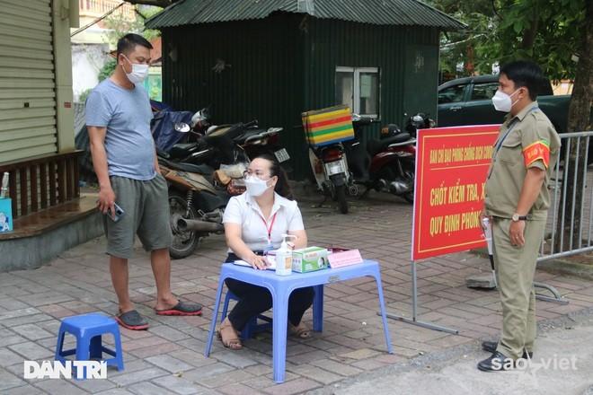Theo chân công an Hà Nội xử lý người ra đường không lý do chính đáng - 4