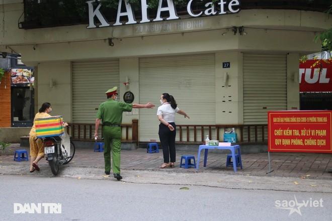 Theo chân công an Hà Nội xử lý người ra đường không lý do chính đáng - 5