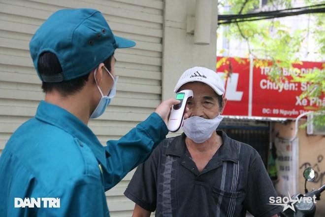 Theo chân công an Hà Nội xử lý người ra đường không lý do chính đáng - 6